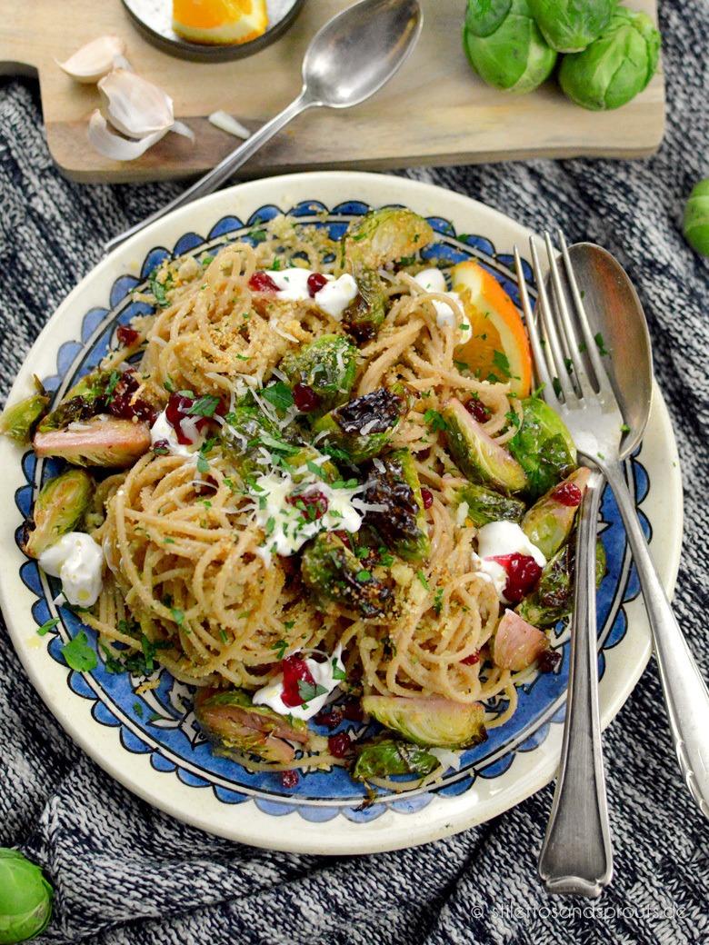 Rezept Winterliche Pasta mit geröstetem Rosenkohl, Preiselbeeren und Manchego
