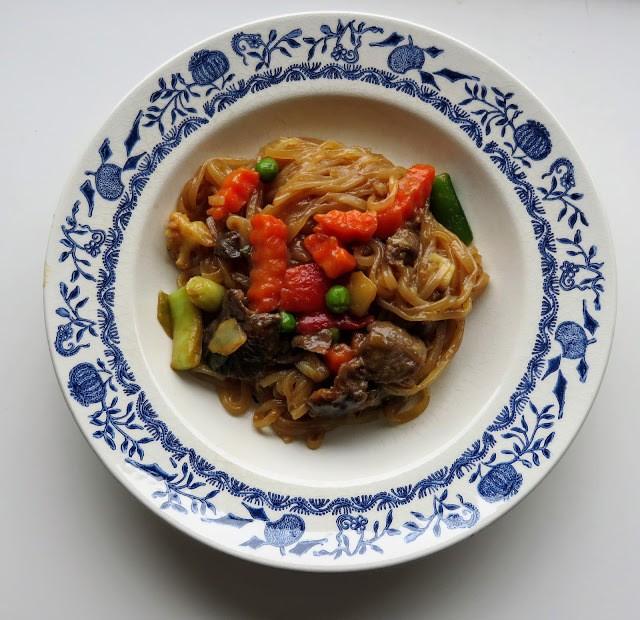Rezept Wok; Glasnudelnpfanne Mit Gemüse und Rindfleisch