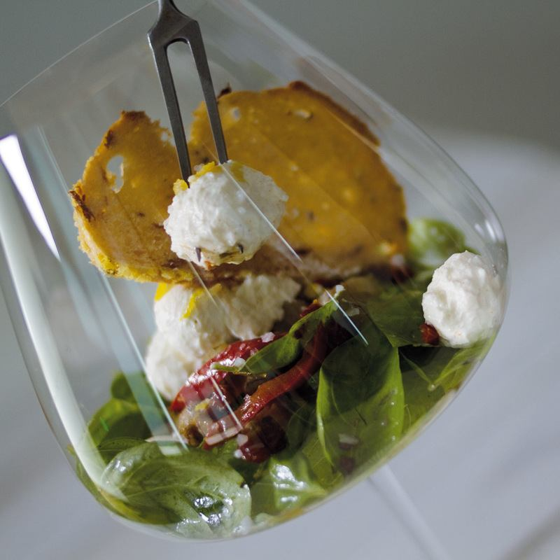 Rezept Zitrone-Frischkäse Bällchen auf Basilikum-Antipasti Salat, mit Tomaten-Feta-Baguette