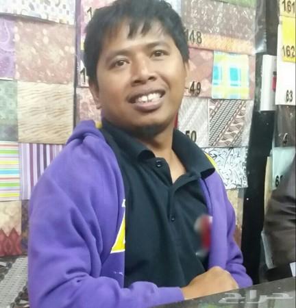 عامل فلبيني تخصص هدايا و ورد طبيعي للتنازل