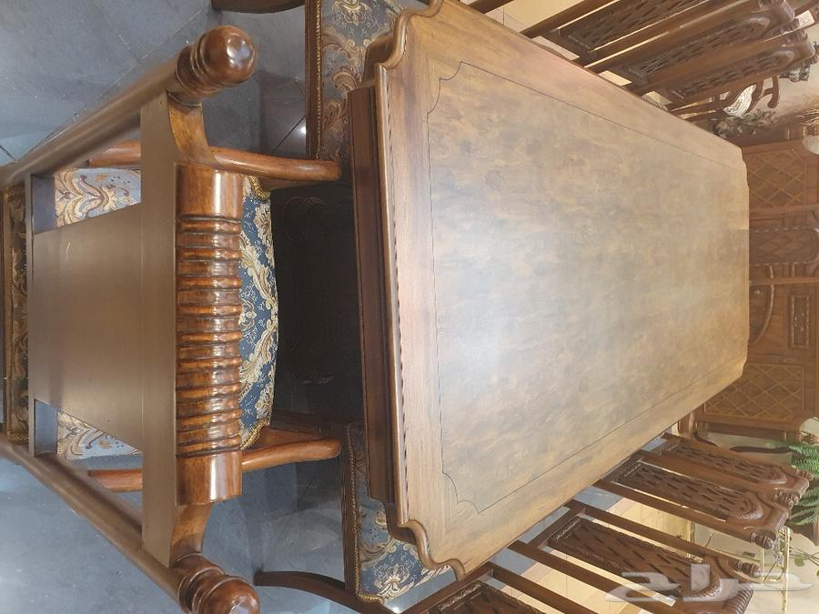 طاولة طعام خشب بني مع عشر كراسي أزرق