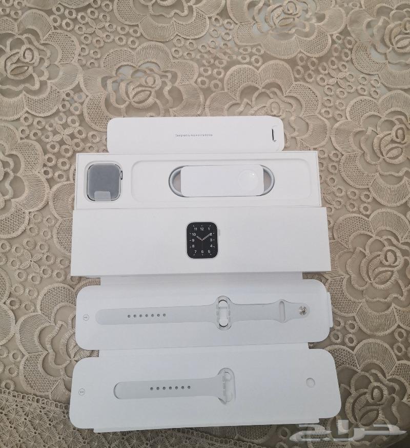 Apple watch se 44mm اللون ابيض