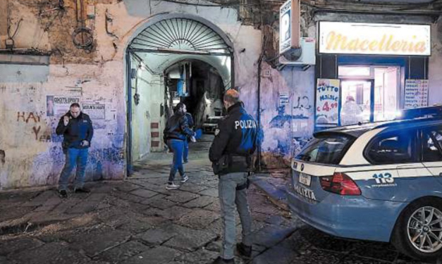Agguato tra la folla al Rione Sanità: feriti padre e figlio