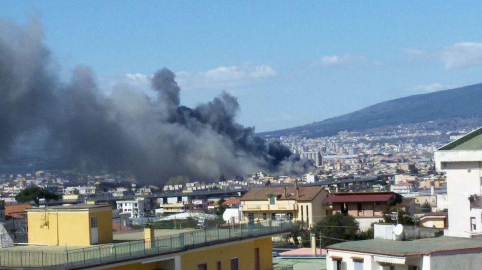 Castellammare, una grande nube nera ricopre la città