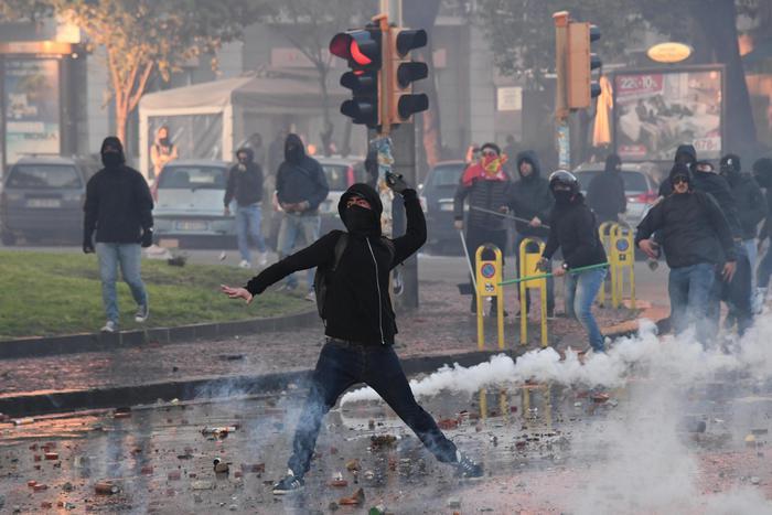 Napoli, tensione al corteo anti-Salvini: sassi e petardi contro la Polizia