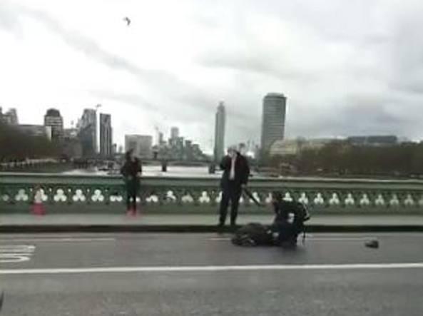 Attacco terroristico parlamento britannico: morta una donna e l'attentatore
