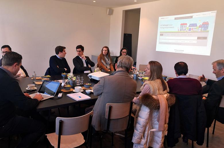Vastgoedmakelaars in gesprek tijdens Meetup in Leuven