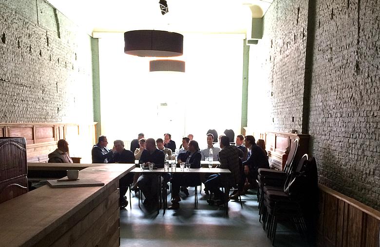 Makelaars in gesprek tijdens Meetup in Brasschaat.  Ivo heeft honger! :)