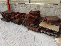 Tavolo e scaffali metallici e rottami ghisa - Lot 184 (Auction 1543)