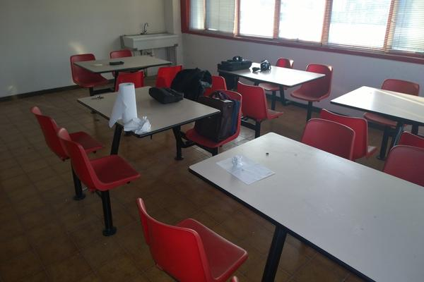 Tavoli con sedie per mensa