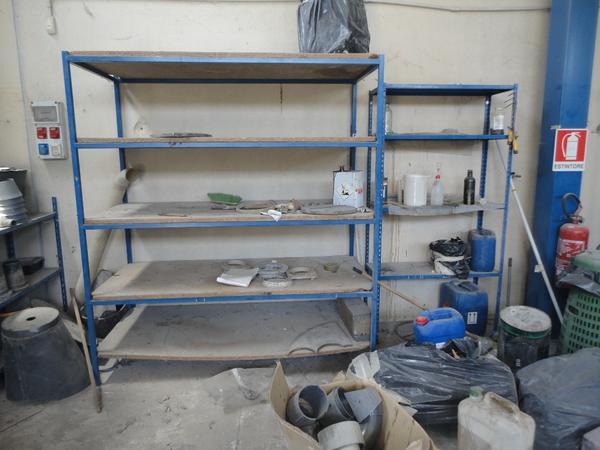 Scaffali e banchi da lavoro in ferro di tipo artigianale