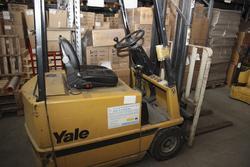 Carrello elevatore Yale e cartoni per imballaggio - Asta 2243