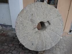 Macina per cereali in pietra completa di piedistallo. - Lotto 139 (Asta 2536)