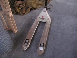 Pallet trucks and wheelbarrows - Lot 26 (Auction 2709)