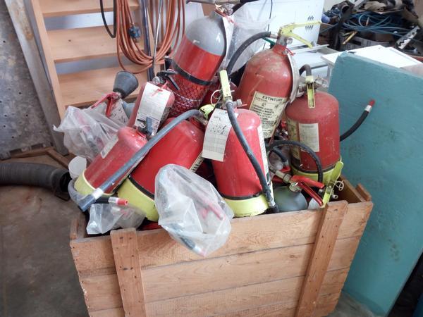 41#2949 Cassone con estintori manichette e lance per antincendio
