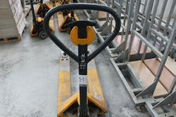 Manual pallet truck - Lot 113 (Auction 3190)
