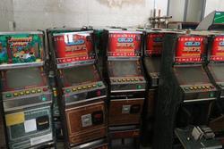 Videogiochi e tavolo con sedie - Lotto 14 (Asta 3430)