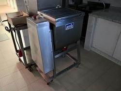 Kneading machine A M B  and Oscartielle cold rooms - Lote 1 (Subasta 3524)