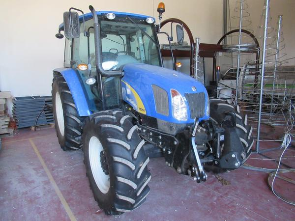 64#3562 Trattore agricolo New Holland D JH JHCC4B