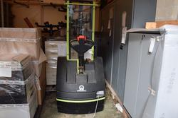 Volkswagen Touran car and Pramac electric pallet truck - Lote  (Subasta 3583)