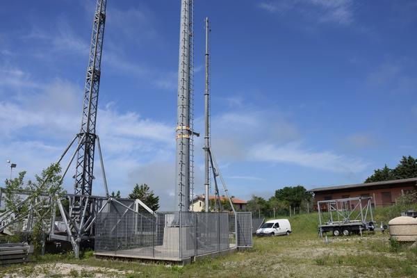 12#3589 Basamento con palo per telecomunicazioni