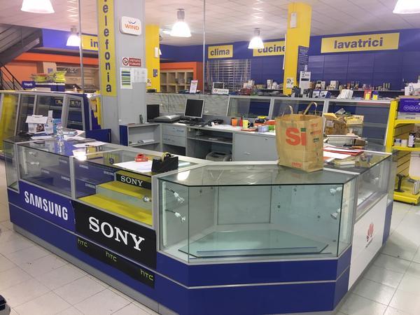 1 3772 arredamento negozio di elettronica ed for Marche di arredamento