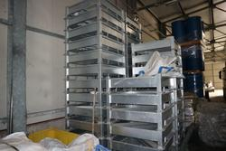 Barrels and galvanized metal Big Bags holder - Lot 271 (Auction 3842)