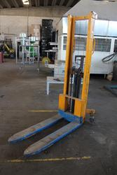 Manual forklift - Lot 28 (Auction 4006)