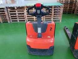 Pallet truck and accumulator - Lot 5 (Auction 4009)