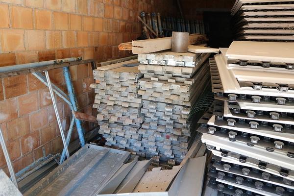 2#4052 Parti di ponteggio e materiale edile