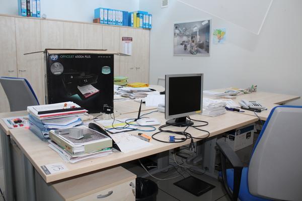 13#4176 Stampante Officejet e arredi da ufficio