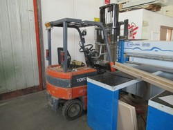 Toyota electric forklift - Lot 25 (Auction 4676)