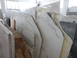 Portoro extra and calacatta caldia marble slabs - Lot 334 (Auction 5538)