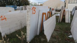 Breccia oniciata marble slabs and Roman travertine - Lote 587 (Subasta 5538)