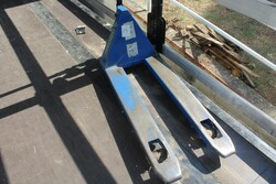 Hand pallet trucks and compressors - Lot 4 (Auction 5571)