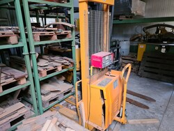 Lifter and Carre electric pallet trucks - Lot 13 (Auction 5592)