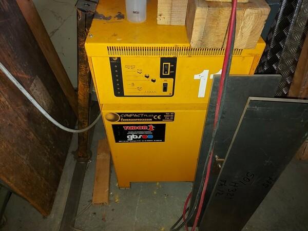 3#5598 Carrello elevatore con caricabatterie in vendita - foto 14