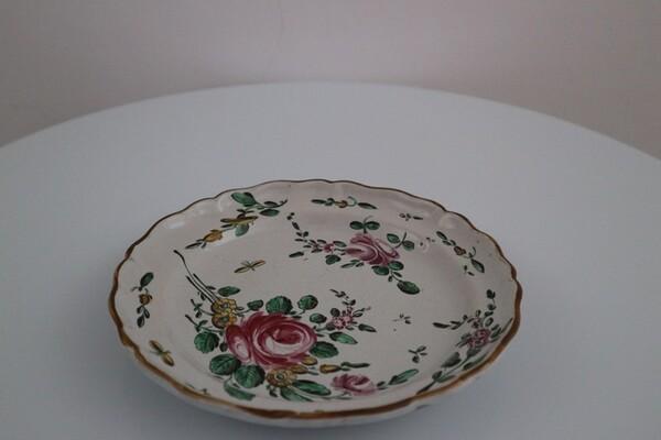 157#5936 Piatto con decoro alla rosa in vendita - foto 1