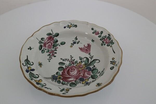 158#5936 Piatto con decoro alla rosa in vendita - foto 1