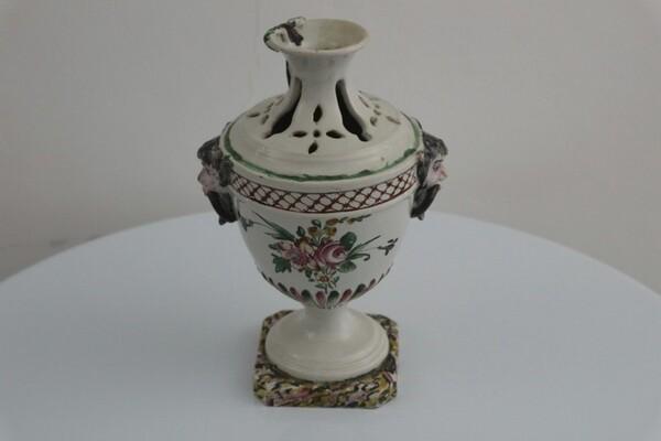 184#5936 Vaso portafiori con rilievi policromi e trafori in vendita - foto 1