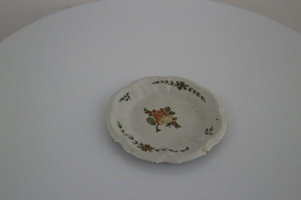 213#5936 Piattino sagomato con dipinto frutto policromo in vendita - foto 1