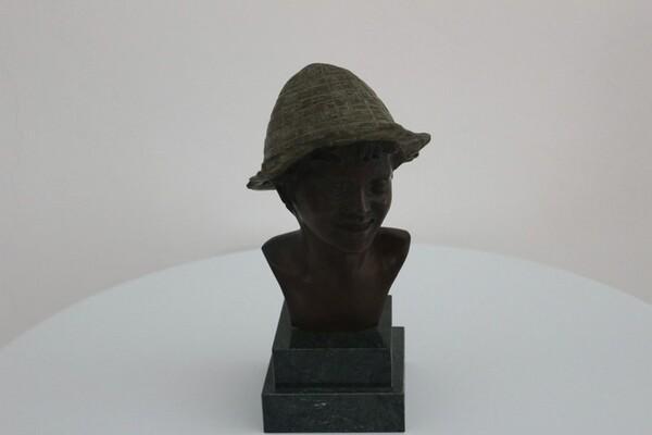 237#5936 Statuina Busto Di Ragazzo Con Cappello Verde in vendita - foto 1
