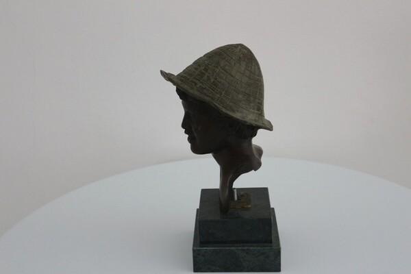 237#5936 Statuina Busto Di Ragazzo Con Cappello Verde in vendita - foto 2