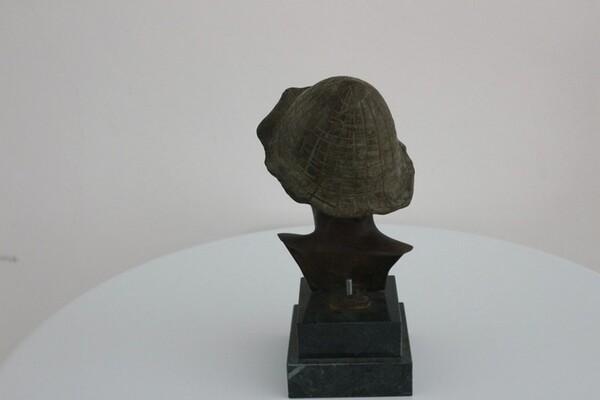 237#5936 Statuina Busto Di Ragazzo Con Cappello Verde in vendita - foto 3
