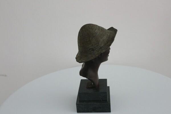 237#5936 Statuina Busto Di Ragazzo Con Cappello Verde in vendita - foto 4