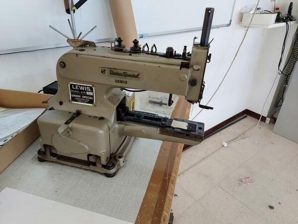 163#6059 Presse da stiro e macchina attaccabottoni Union Special Lewis in vendita - foto 54