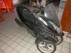 Yamaha Tricity motorcycle - Lot 4 (Auction 6369)