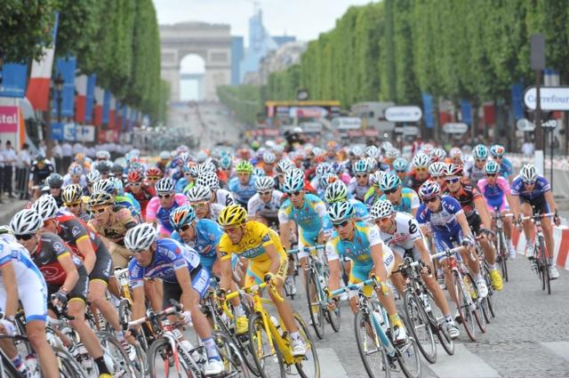 Peloton on Champs Elysees, stage 20, Tour de France 2010