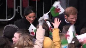 Harry e Meghan Markle, bagno di folla per il principe e la fidanzata