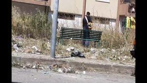 Reggio Calabria, segnala al Comune per mesi degrado di piazza Milano ma non interviene nessuno e allora pulisce tutto da solo: il nobile gesto di un cittadino [FOTO]